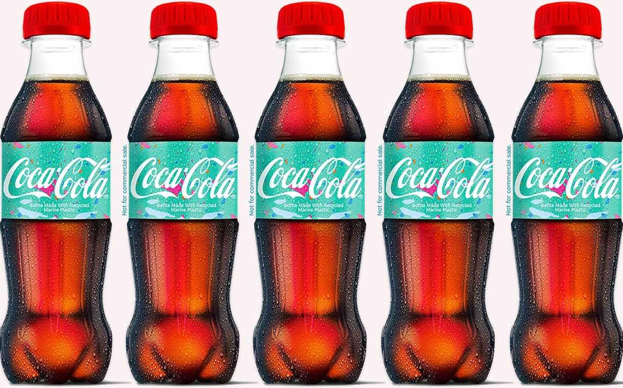 Компания Coca-Cola представила свои первые образцы бутылок, изготовленных из восстановленных и переработанных морских пластиков. Благодаря партнерству между компаниями Ioniqa Technologies, Indorama Ventures, Mares Circulares (Circular Seas) и компанией Coca-Cola было изготовлено около 300 образцов бутылок с использованием 25% переработанного «морского пластика», добытого в Средиземном море и на пляжах. По словам Coca-Cola, образец является первой пластиковой бутылкой, произведённой из «морского пластика», которая была успешно изготовлена для упаковки продуктов питания и напитков. В усовершенствованных технологиях переработки используются инновационные процессы, которые разрушают компоненты пластика и удаляют примеси во вторсырье более низкого качества, чтобы их можно было восстанавливать как новые. Это означает, что пластикам более низкого качества, часто предназначенным для сжигания или захоронения, теперь можно дать новую жизнь. Это также означает, что доступно больше материалов для производства вторичного сырья, что снижает количество обычного ПЭТ. «Усовершенствованные технологии переработки отходов чрезвычайно интересны не только для нас, но и для промышленности и общества в целом», - сказал Бруно ван Гомпель, директор по техническим вопросам и цепочке поставок Coca-Cola в Западной Европе. «Они ускоряют перспективы экономики с замкнутым циклом для пластика, поэтому мы инвестируем в них. Когда они начнут масштабироваться, мы увидим, что все виды использованного пластика возвращаются не раз, а снова и снова, меняя потоки отходов от сжигания и захоронения к переработке ». Он добавил: «Эта бутылка является свидетельством того, чего можно достичь с помощью партнерства и инвестиций в революционные новые технологии. Объединив партнеров по всей нашей цепочке поставок, от инициативы по очистке в Испании и Португалии до инвестиций в технологические инновации в Нидерландах, мы впервые смогли превратить поврежденный морской пластик в материал, из которого мы можем сделать н