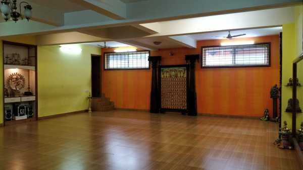 The indoor dance hall of Drishti Dance Studio with a statue of a dancing Nataraja on the left, at Drishti Art Centre, Bengaluru, India.
