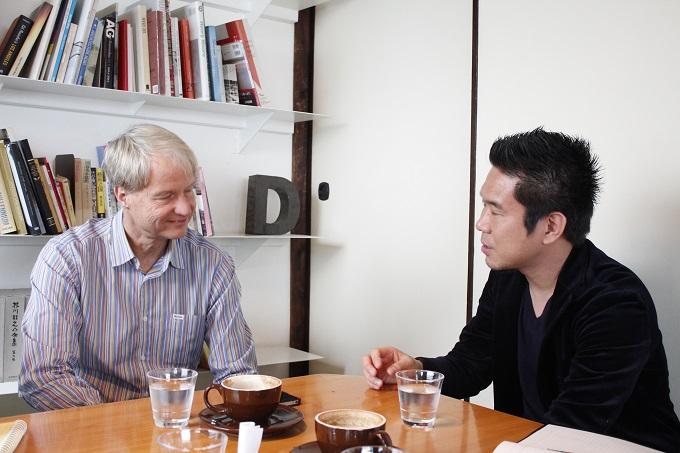 対談するランスさんと岡本さん