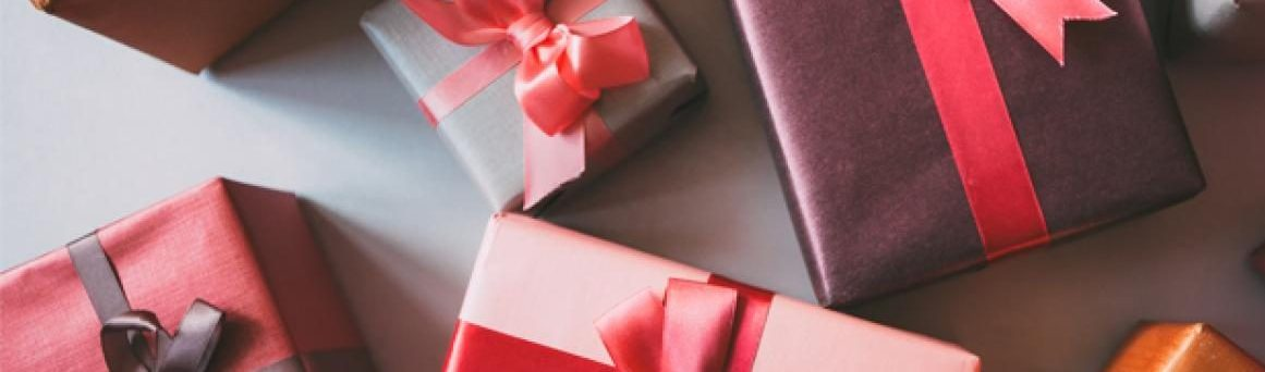 A lot of redish gifts to picture the blog The Language of Presents