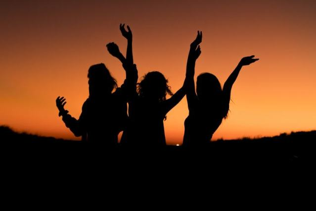 woman-silhouette-friends-sunset