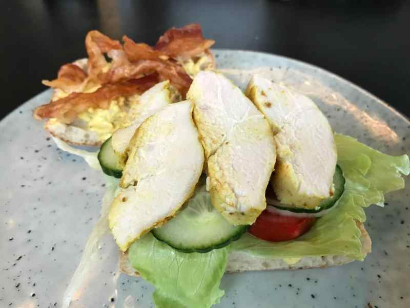 Brød med salat og kylling opskrift Club sandwich med kylling og karrydressing clubsandwich sådan laver du lave din egen lækker lækre sandwich med kylling ciabatta ciabattabrød