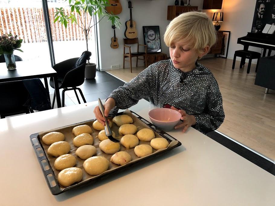 gammeldags fastelavnsboller opskrift på fastalavnsboller syltetøj hindbær creme vaniljecreme vanillecreme gode glasur