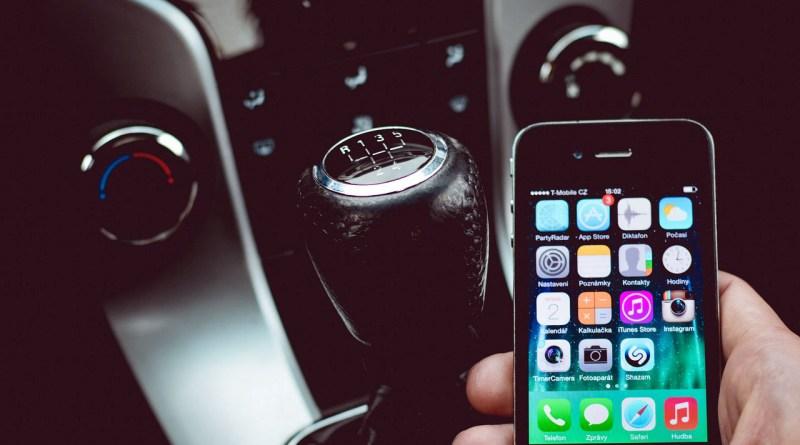 Tilslut mobiltelefon til bilradio