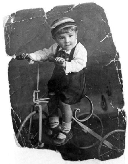 babi jar der junge auf dem dreirad