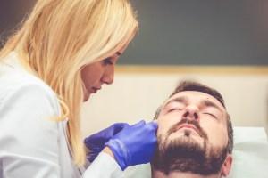 mężczyzna w gabinecie medycyny estetycznej
