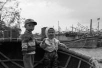 Trẻ em vùng lũ Children on barrel boat