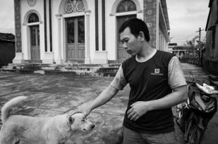 Phú, người dẫn đường và đưa tôi đi chụp bộ ảnh này Phu, my guidance and his dog