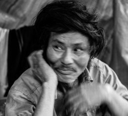 Trong căn nhà rách nát của mình, anh Trửa-một bệnh nhân tâm thần- đang nằm ngủ chèo queo Mr. Troi, a mental patient, curled up in his destroyed house
