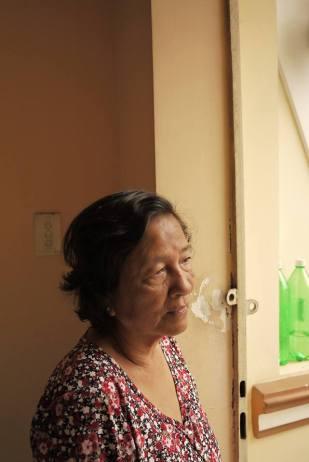 Ước ao lớn nhất của bà quả phụ Ngụy Văn Thà là có một chỗ để đặt di ảnh chồng. Từ hơn 4 năm nay, sau khi chúng cư Nguyễn Kim - bà thuê ở từ trước khi chồng hy sinh - bị giải tỏa bà được hứa đền bù 546 triệu trong khi một căn hộ bà có thể mua phải từ một tỷ ba trở lên (bà đang ở chung phòng với một người em gái độc thân trong ngôi nhà cha mẹ để lại cùng gia đình của các anh, chị em). Ảnh chụp tại nơi bà Sinh đang cư ngụ sáng 26-12-2013.