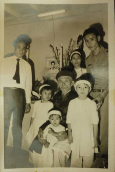 Ba cô con gái nhỏ (7 tuổi, 5 tuổi và 3 tuổi) của trung tá Ngụy Văn Thà bên cạnh ông nội và mẹ trong ngày truy điệu cha.