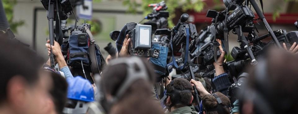 ogromny tłum dziennikarzy, kamer i mikrofonów