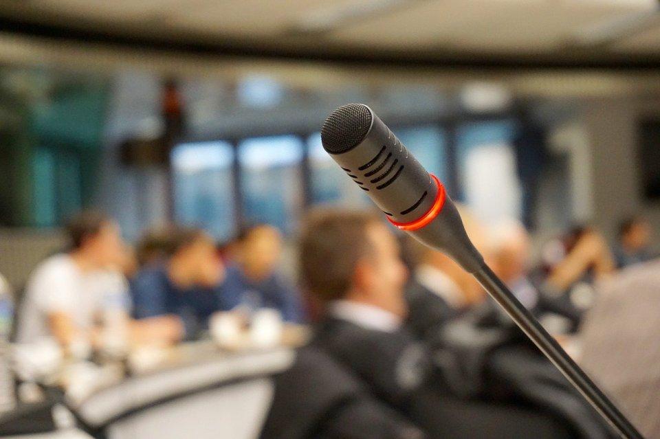 mikrofon na tle nieostrej sali