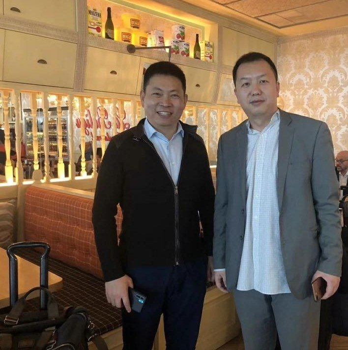 Richard Yu holding the Huawei P30 Pro