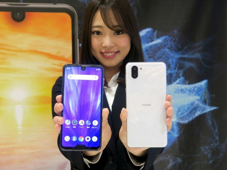 Sharp Aquos R3 has a 120Hz display with two notches 1