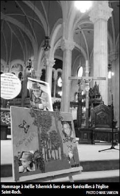 photo noir-blanc d'un montage artistique de photos en homme à Joëlle. Derrière, on voit l'intérieur de l'église dont une grande croix.