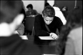 Jeune pendant les tests de lecture d'une JDC. © Virginie de Galzain