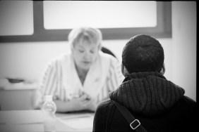 Les jeunes déscolarisés sont informés par le chef de session sur les structures de remise à niveau et de professionnalisation. © Virginie de Galzain