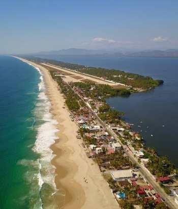 Vista aérea de Pie de la cuesta, se puede ver el mar, la laguna de Coyuca y la pista de la base aérea