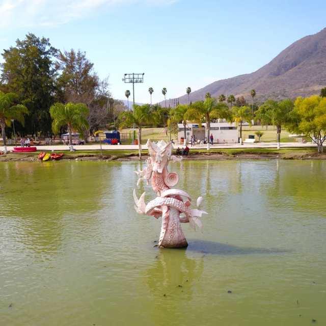 Fuente de la estatua de Quetzalcoatl en el malecón de Jocotepec