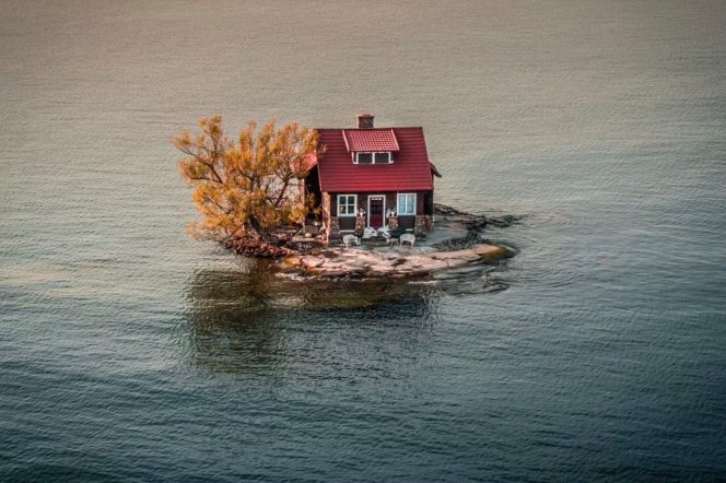 A house surrounded by water in Alexandria Bay New York - JustenSoule Donestagram