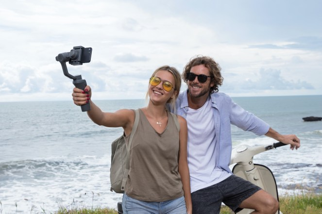 DJI reveals new Osmo Mobile 2 gimbal stabilizers ahead of CES 2018 0010