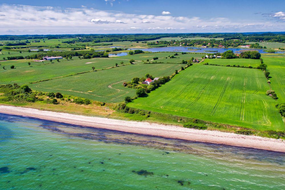 Smuk stran ved Langelads Østkyst set fra drone