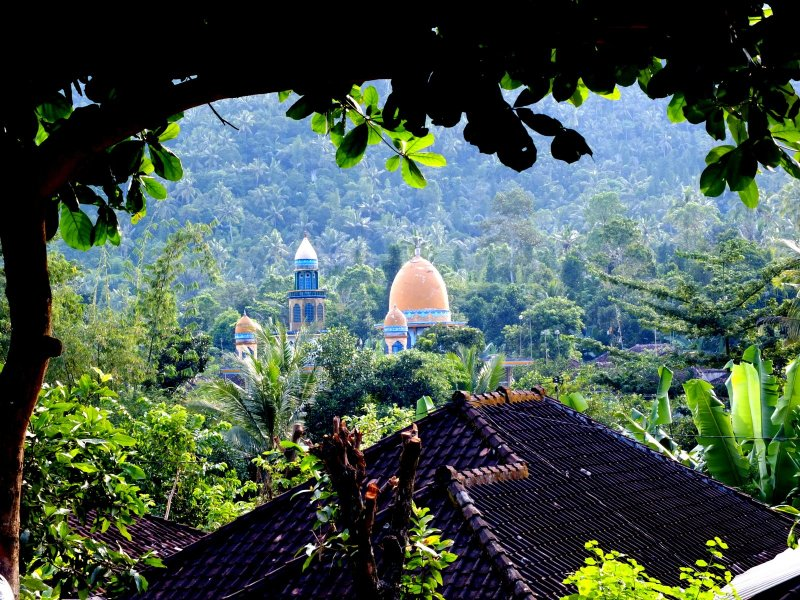 Mosque in the mountains: despite the many Hindu temples, Islam is the predominant religion on Lombok.