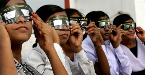 Mirando a un eclipse con protección