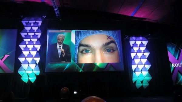 El Dr. Slade mostrando un caso de explante de lente de Panamá