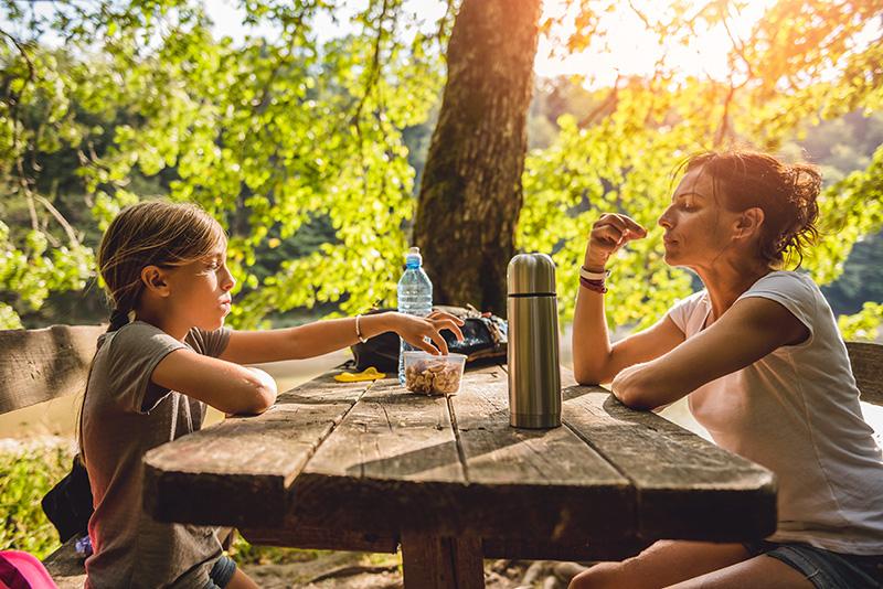 Le pique-nique d'un randonneur ne doit surtout pas manquer d'aliments liquides pour bien s'hydrater et d'aliments apportant toute l'énergie nécessaire à terminer le parcours désiré.