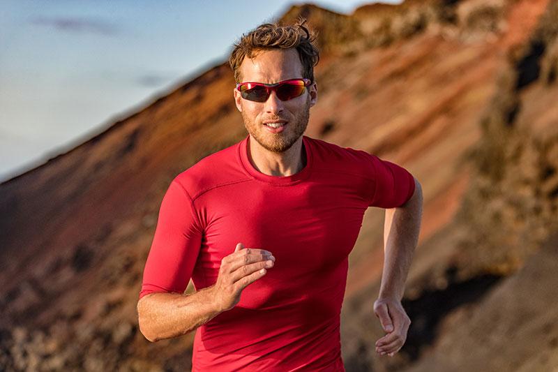 Bien choisir ses lunettes de soleil avec protection UV 100 % permet de protéger les yeux lors des activités sportives en plein air.