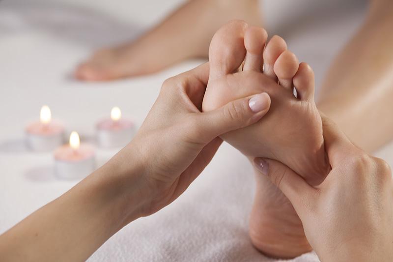 la réflexologie plantaire se base sur la médecine chinoise et le fait qu'il y ait des points de pression correspondant à tout le corps sur la plante des pieds.