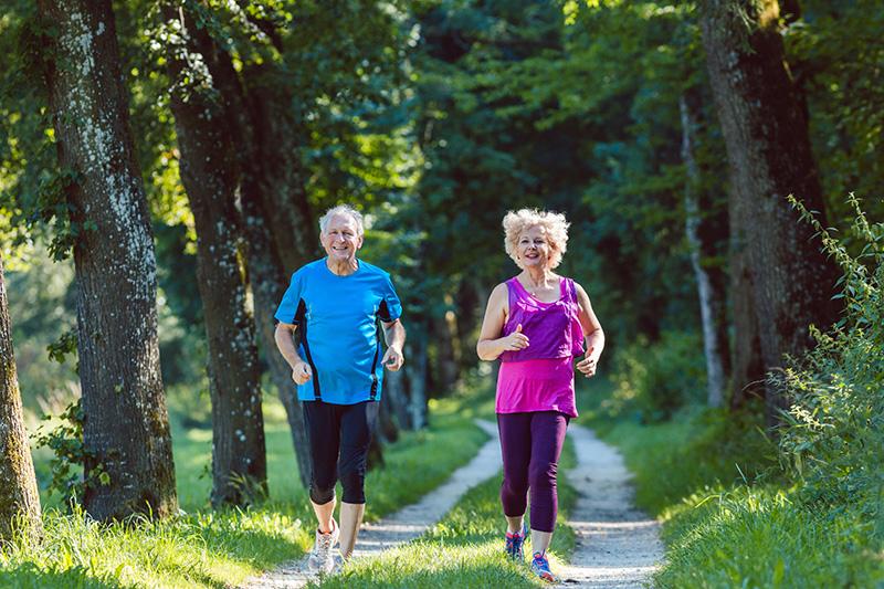 l'ostéoporose touche les séniors mais également les femmes en ménopause et est liée à une baisse de la masse osseuse.