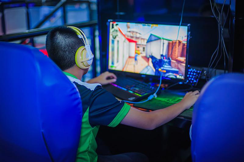 Les équipes professionnelles de e-sport font appel à des professionnels de santé pour le suivi des joueurs et la réduction de certains risques liés à l'activité.