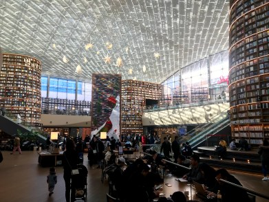 Just a small portion of the giant library in Starfield COEX