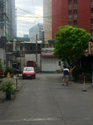 They play street-hoops everywhere in Manila. Oh, to be 20 years younger...