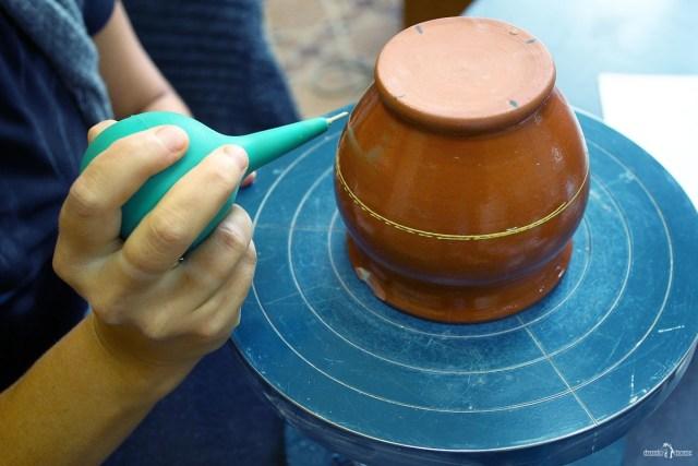 Нанесение узора грушей. Оятская керамика