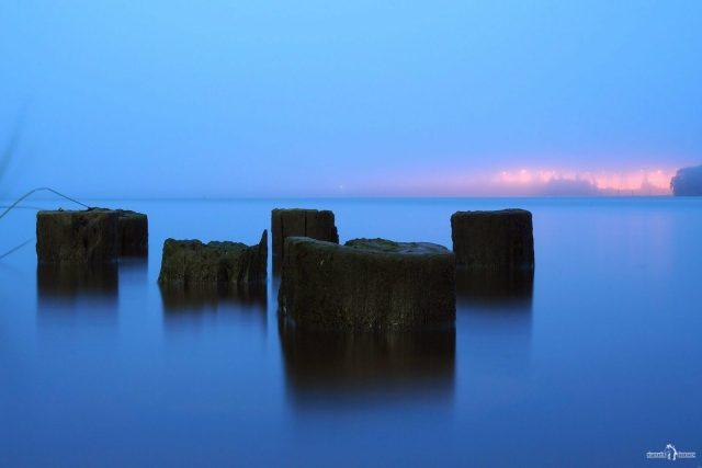 Сваи в туман на реке
