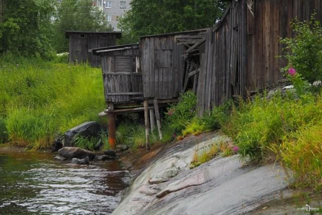 Хозяйственные постройки на берегу реки Выг