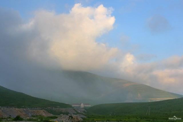 Вид на Гудаури при подъезде по Военно-Грузинской дороге с севера