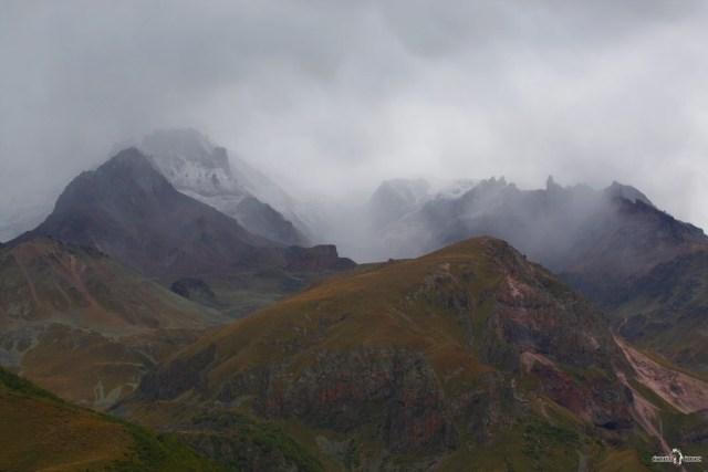 Низкая облачность и туман скрыли вершину Казбека
