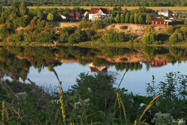 Вид с дороги на высокие берега реки Волхов у одноимённого города