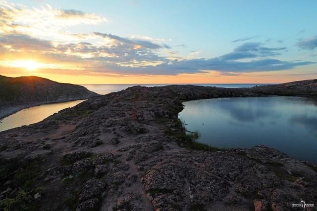 Озерцо на скалах справа от ущелья Батарейского водопада