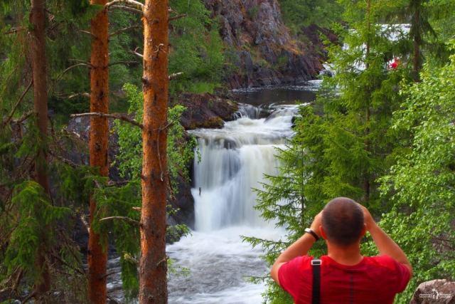 Путешествие на водопад Кивач. Уступы водопада хорошо просматриваются с этой точки. Водопад виден не полностью. За деревьями скрыт самый верхний уступ. Карелия
