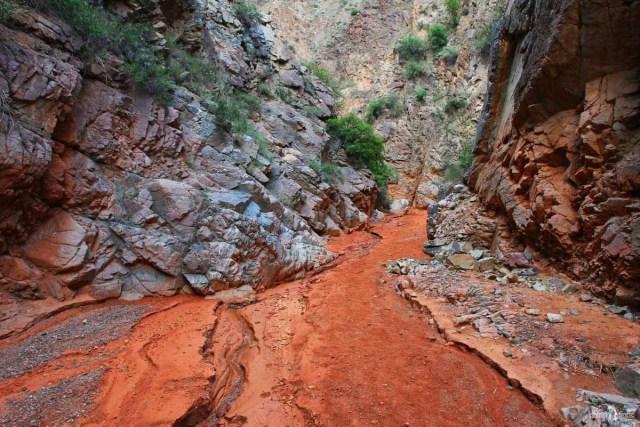 Узкое ущелье тропы к каньону Конорчек