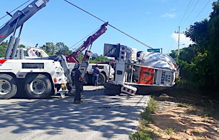Camión pesado en carretera Playa del Carmen- Tulum pierde el control