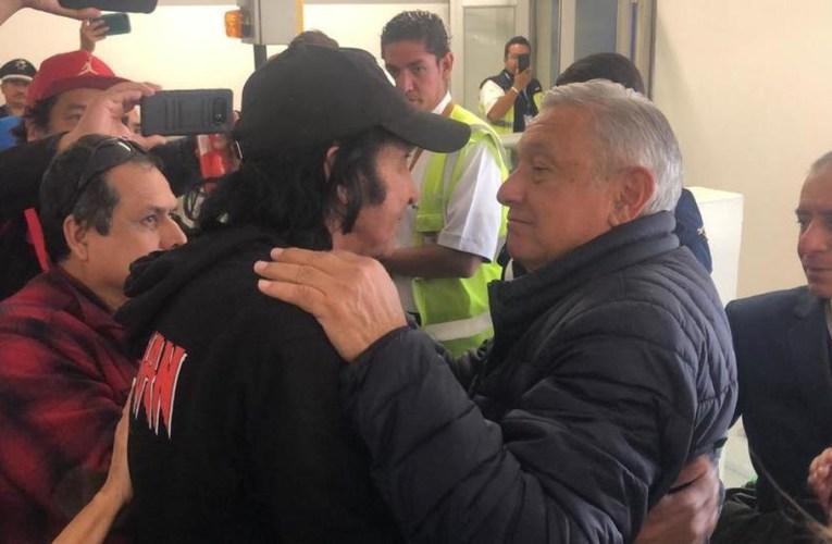 VIDEO   AMLO y Cepillín se reencuentran en aeropuerto y sorprenden a todos con abrazo