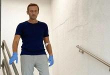 Photo of Navalni comparte imagen bajando escaleras en el hospital