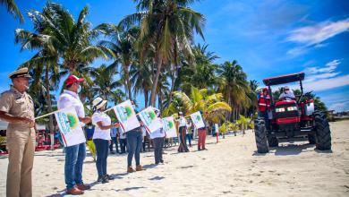 Photo of Entrega Juan Carrillo llaves de maquinaria especializada en limpieza de sargazo a Zofemat Isla Mujeres